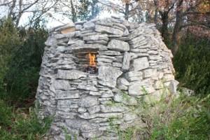 La tourelle de berger avec son foyer au Pâtis du Pla