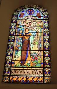 Jeanne d'Arc sur l'un des vitraux de l'église.
