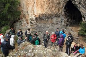 Le groupe devant la grotte de La Vacheresse (cliché LSJ).